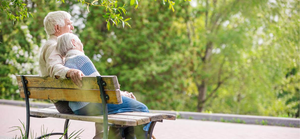 deux personnes agées sur un banc